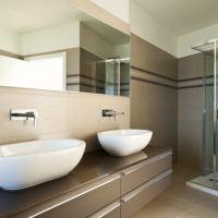 Lesklá nebo matná koupelnová stěna?